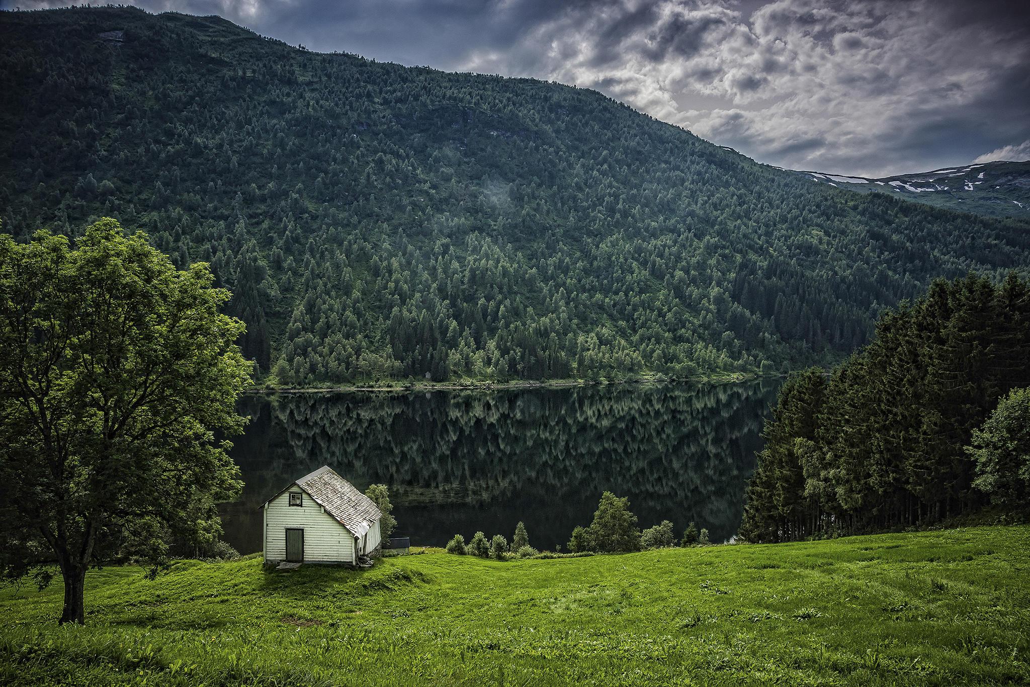 Обои озеро, горы, домик, деревья