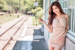 Фото бесплатно девушки улыбаются, платье шатенки, взгляд