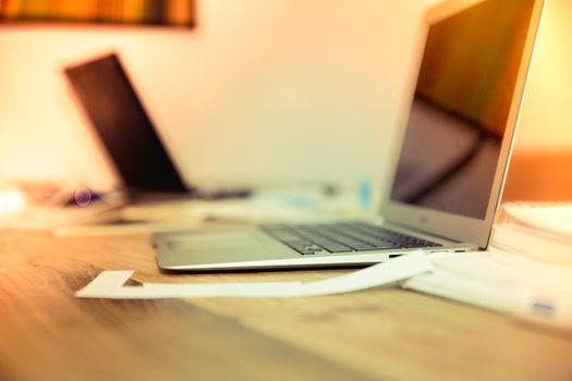 Фото бесплатно ноутбук, стол письменный, письменной форме