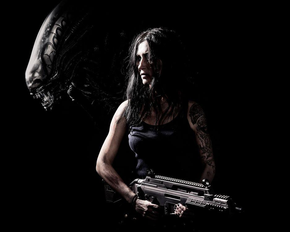 Фото бесплатно постер, фильм, Чужой, темный, черный фон, женщины, оружие, Xenomorph, фильмы