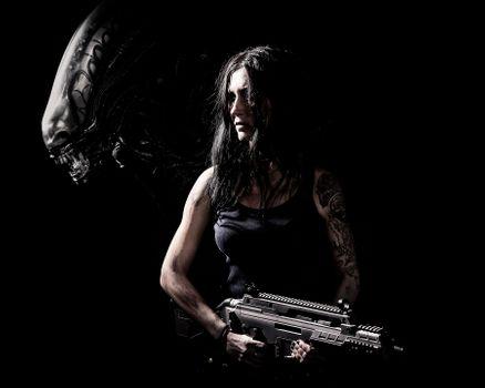 Бесплатные фото постер,фильм,Чужой,темный,черный фон,женщины,оружие,Xenomorph