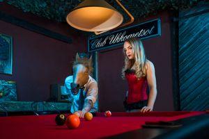 Фото бесплатно клуб, иральный зал, биллиард, шары, девушка, парень, маска, парень конь, игра