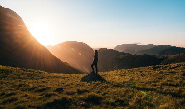 Бесплатные фото приключение,в одиночестве,рассвет,дневной свет,смеркаться,вечер,поле,туман,трава,пастбище,поход,пеший туризм