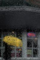 Стекло и капли дождя