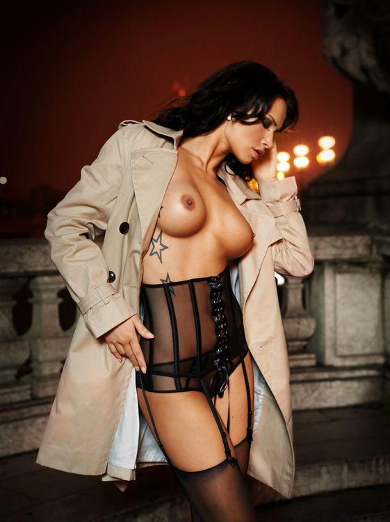 Ноэль Мондолони выставляет свое красивое тело · бесплатная заставка