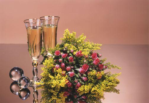 Букет цветов и бокалы шаманского