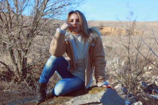 Фото бесплатно девушка, джинсы, природа