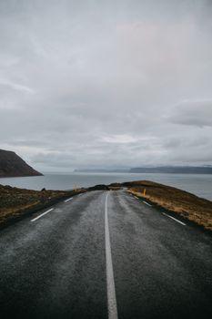 Дорога Исландии возле берега