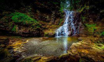 Красивые обои лес, водопад, скалы на рабочий стол