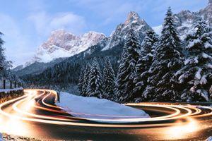 Свет от фар на дороге