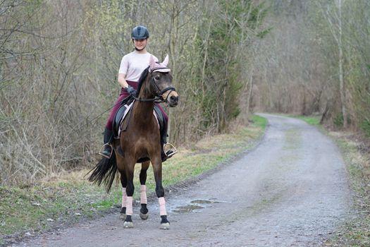 Фото бесплатно девушки, лошадь, шлем