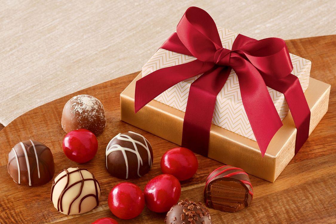 Фото бесплатно коробка, конфеты, шоколад, box, gift, ribbon, chocolate, , еда