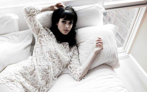 Фото бесплатно Krysten Ritter, кровать, платье