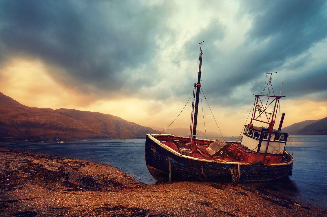 Фото бесплатно Шотландия, горная местность, лодка, покинутый баркас, озеро, море, воды, горы, пейзаж, Великобритания, пейзажи