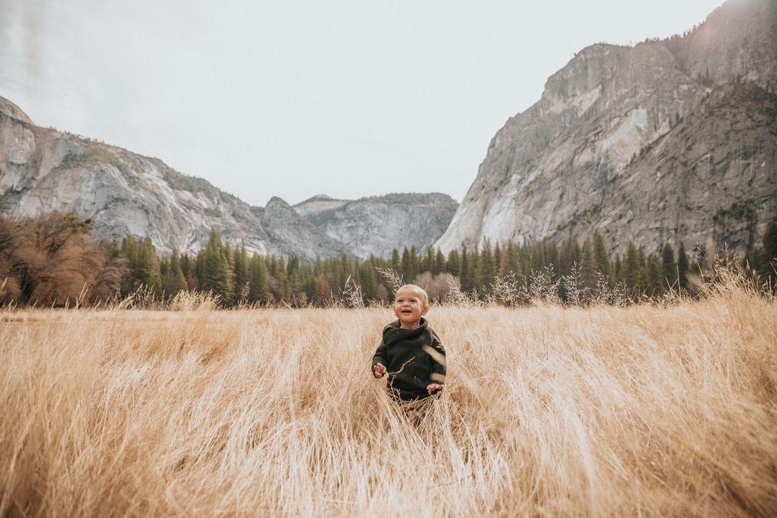 Фото бесплатно ребенок, девочка, детство, viome, рок, облака, горы, скалы, пейзаж, трава, настроения
