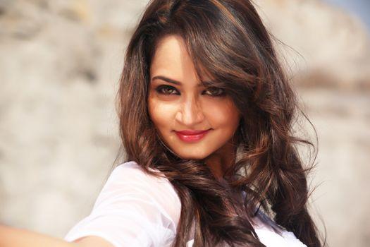 Заставки Shanvi Srivastava, улыбаясь, брюнетка