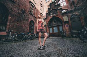 Бесплатные фото женщины,блондинка,платье,кроссовки,надежда