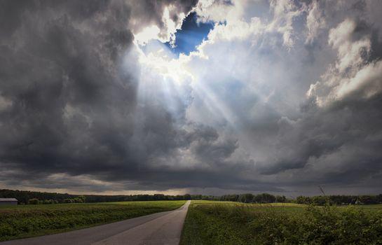 Солнечные лучи пробиваются сквозь облака · бесплатное фото
