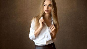 Бесплатные фото модель, красивая, детка, блондинка, голубые глаза, чувственные губы, блузка