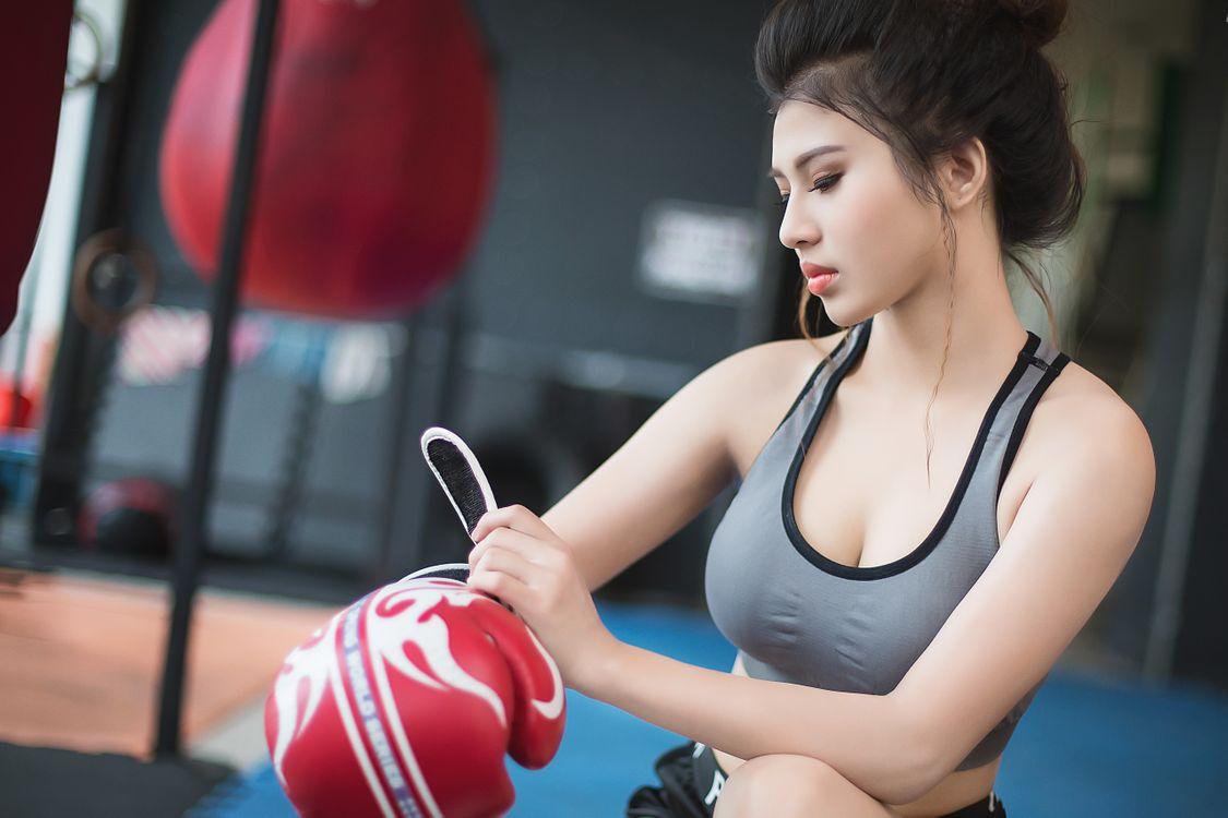 Азиатка и бокс · бесплатное фото