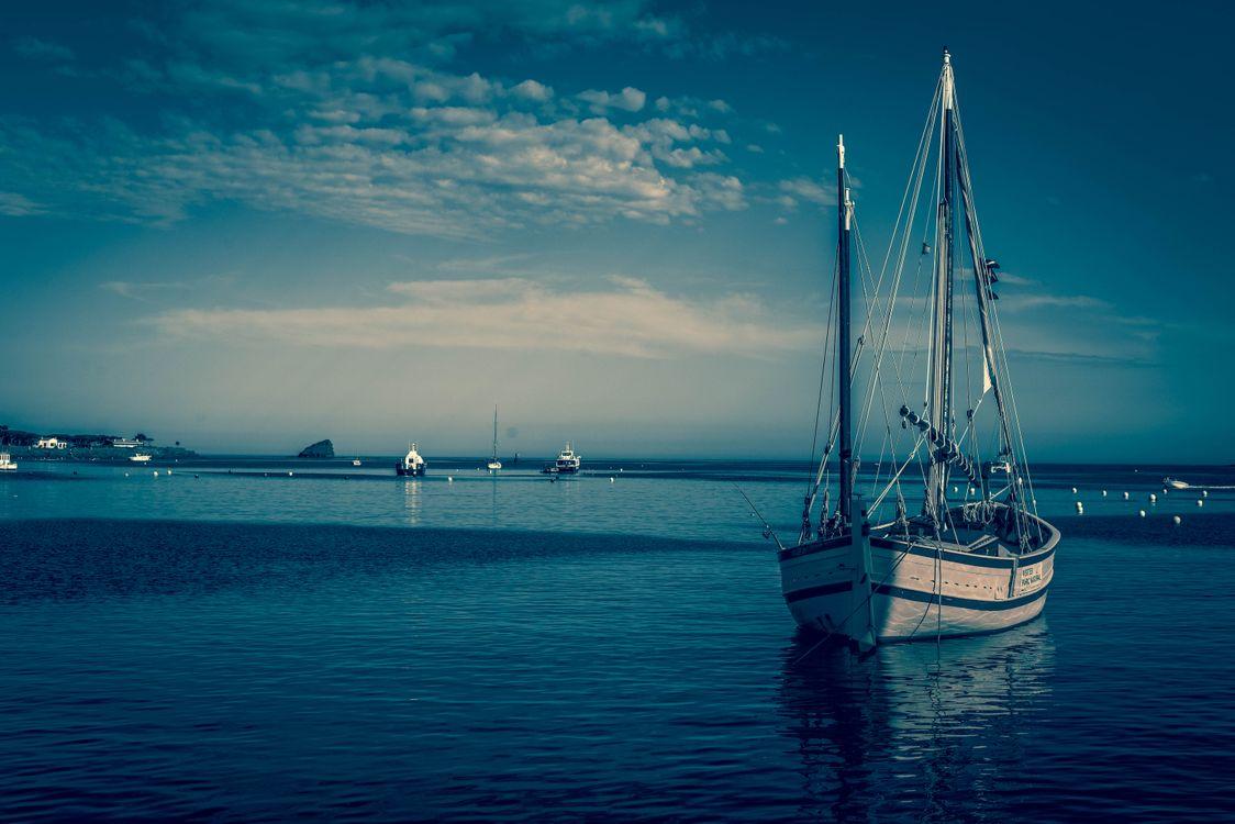 Лодка с парусом · бесплатная заставка