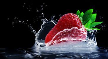 Фото бесплатно клубника, ягода, чёрный фон, вода, жидкость, капли, брызги