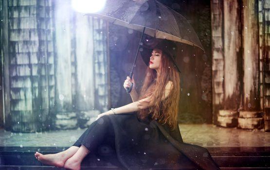 Заставки брюнетка, зонт, черное платье