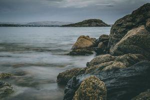 Каменистый берег моря
