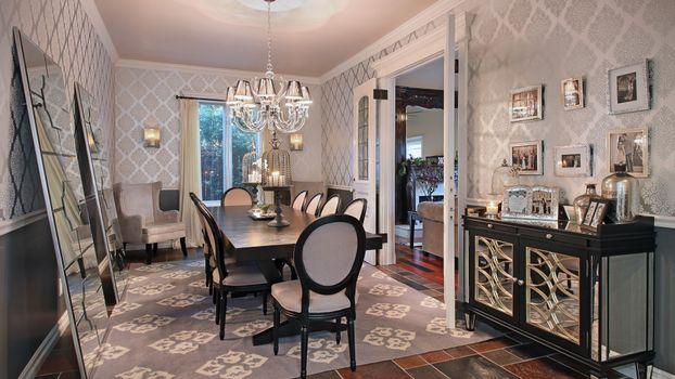 Фото бесплатно большая гостиная, люстра, стол