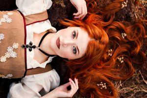 Фото бесплатно женщины, модель, глядя на зрителя, рыжий, ожерелье, лежа на спине, платье, оружие, женщины на открытом воздухе