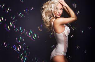 Девушка и мыльные пузырики · бесплатное фото