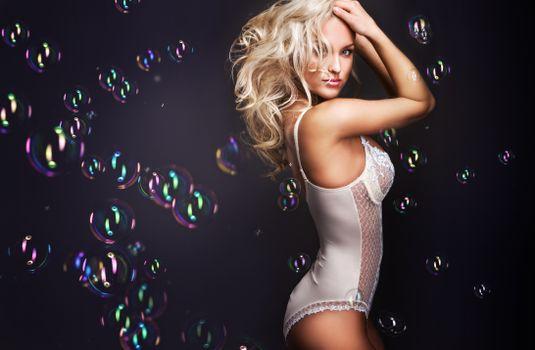 Девушка и мыльные пузырики