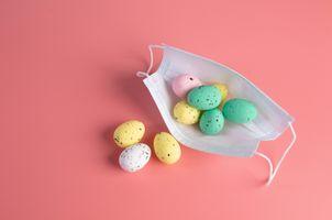 Фото бесплатно маски, розовый фон, пасхальные яйца