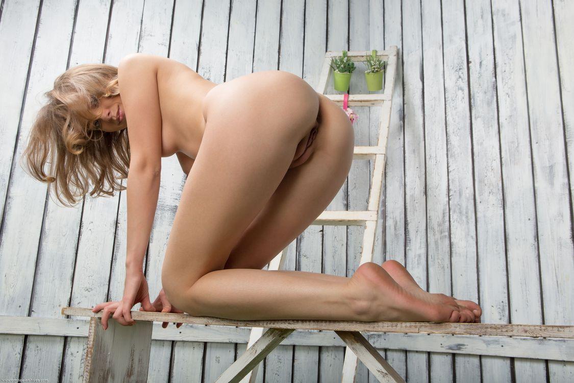 Фото бесплатно nikia a, голая, сексуальная, модель, hi-q, киска, бритая киска, сиськи, грудь, лестница, брюнетка, улыбка, ноги, руки, собачка, эротика